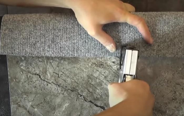 Загнутые края фиксируются степлером