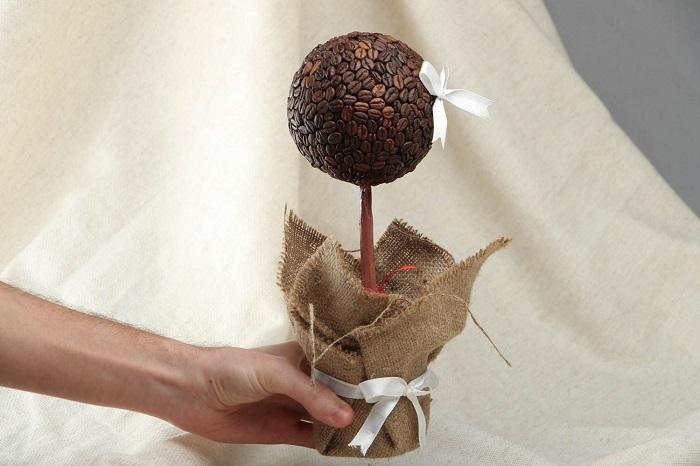 Аккуратный топиарий из кофе станет отличным подарком