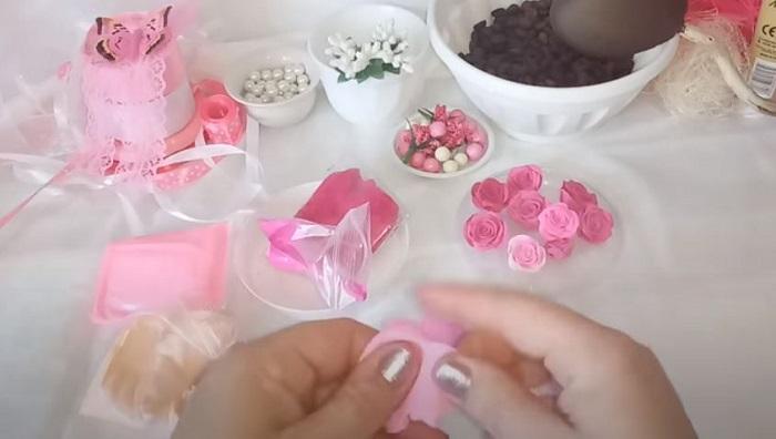 Цветы можно сделать из розового керамопласта