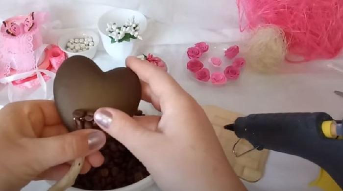 К заготовке приклеиваются кофейные зерна