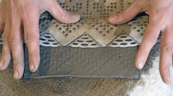 Ткань придавливается пальцами