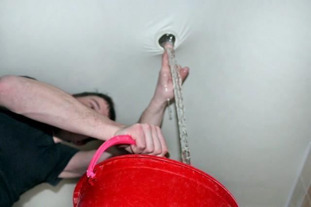способ слить воду из натяжного потолка2